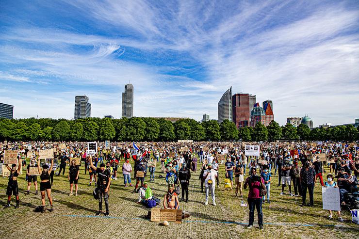 2 июня в Амстердаме прошли акции в поддержку митингующих в США