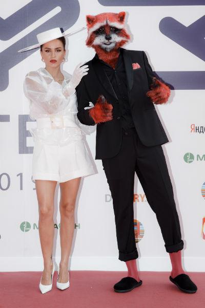 Zivert пришла на премию с человеком, одетым в костюм енота