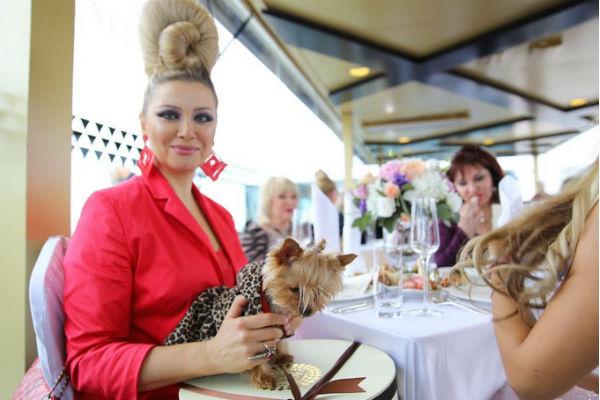 Лена Ленина пришла на свадьбу с собачкой
