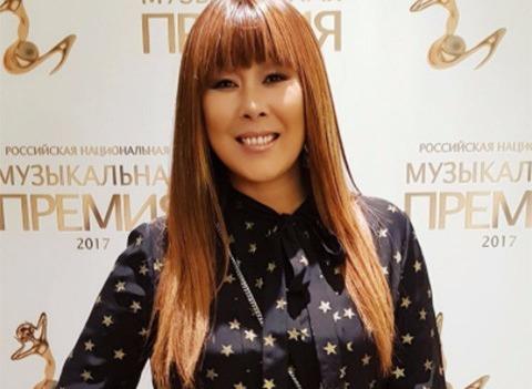 Анита Цой построила дома для мамы и свекрови