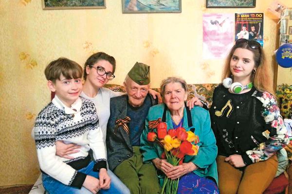 Каждый год семья участвует в шествии «Бессмертного полка» с портретами родных