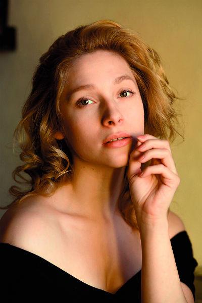 Молодую Аллу Пугачеву играет 27-летняя питерская актриса Анна Христич