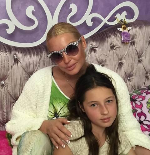 Анастасия Волочкова примерила на себя очки дочери