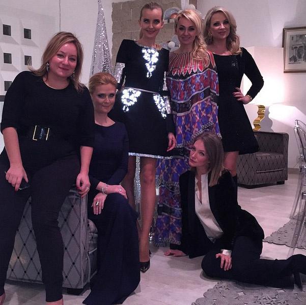 Яна Рудковская с подругами