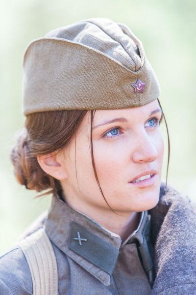 Женя Малахова в роли Комельковой