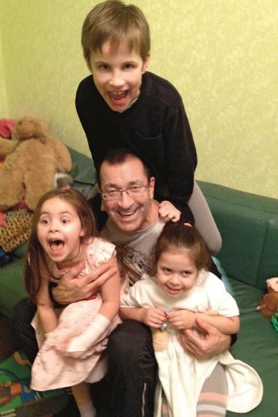Внучки Даша и Соня занимаются танцами, а внук делает успехи в тхэквондо