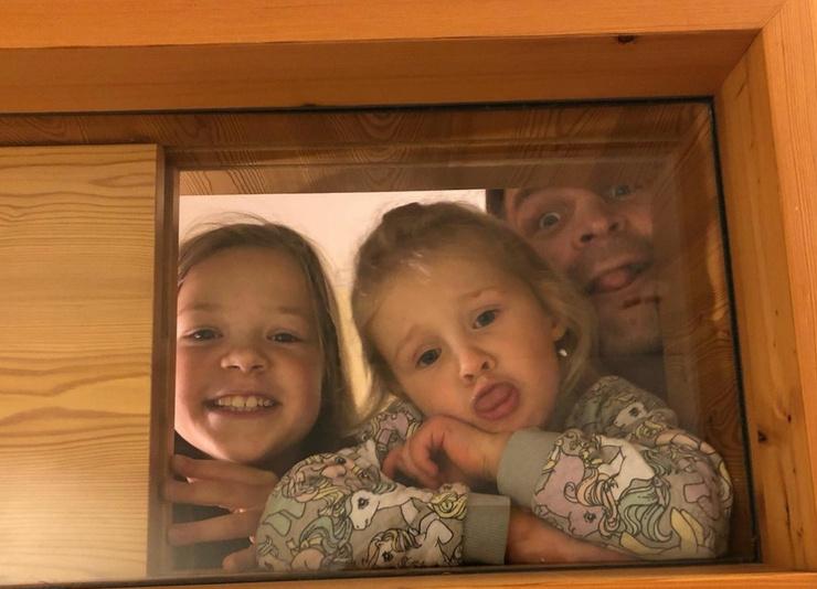 Актер воспитывает двух дочек