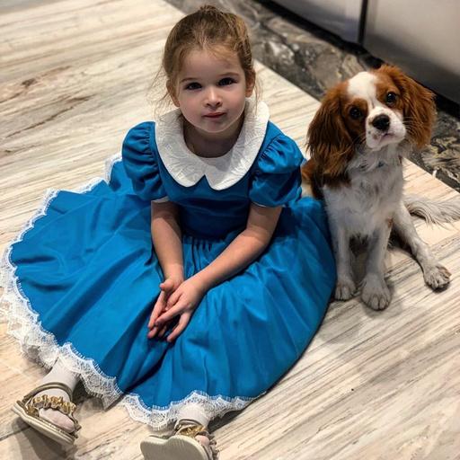 Малышка мерила платье старшей сестры