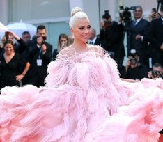 Венецианский кинофестиваль: перья Леди Гаги, золото Ирины Шейк и красное платье Донателлы Версаче