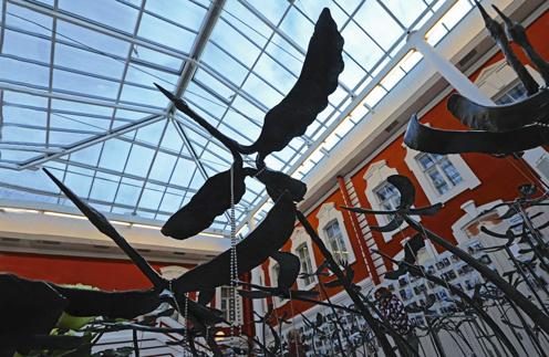 В память о жертвах рейса №9268 кузнецы со всей России выковали 224 бронзовых журавля