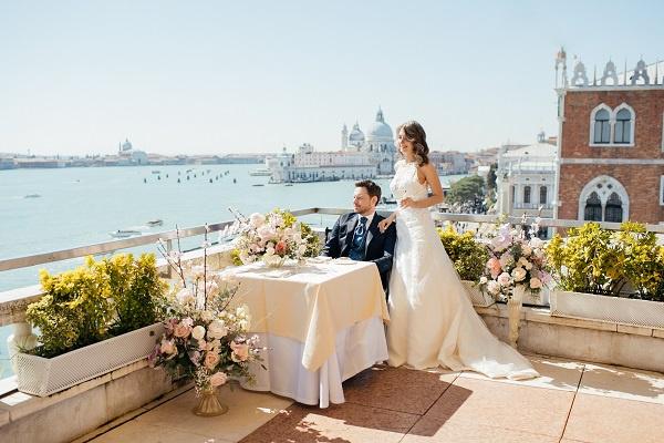 Кристина Арустамова и Евгений Пронин заняли лучший номер отеля с открытой верандой