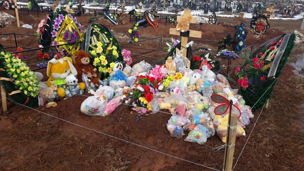 Вандалы разграбили могилу трехлетней девочки, которую мать заморила голодом