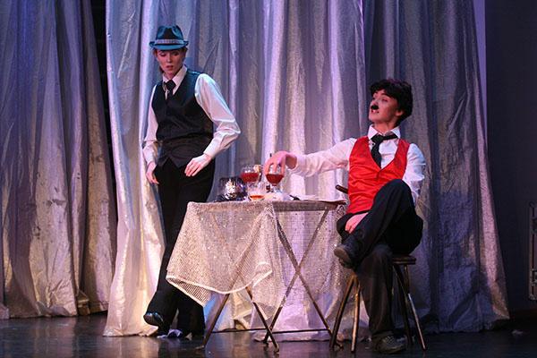Наталья предстает на сцене в образе мужчины, который напоминает Чарли Чаплина – и держится она весьма уверенно