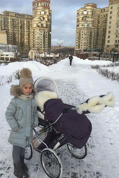 На прогулку Ксения вышла вместе со старшей дочерью Марусей