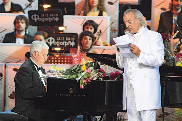 На 80-летии Раймонда Паулса они выступили с премьерой песни «Вчерашний спектакль»