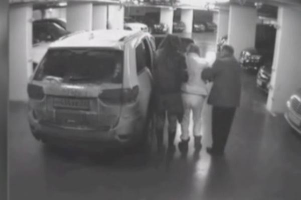 Камера видеонаблюдения запечатлела, как Джигурда (слева) ведет под руку Браташ