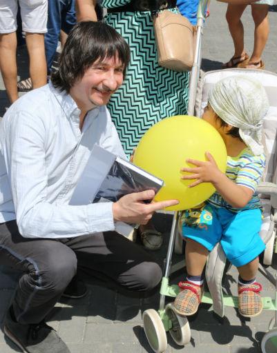 Байгали Серкебаев охотно играл и фотографировался с детьми
