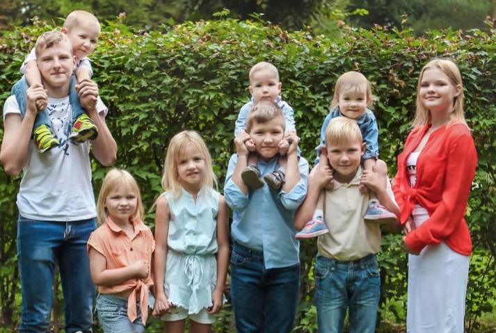 На фото девять детей Оксаны. Не хватает младшенькой Кати — ей всего шесть месяцев