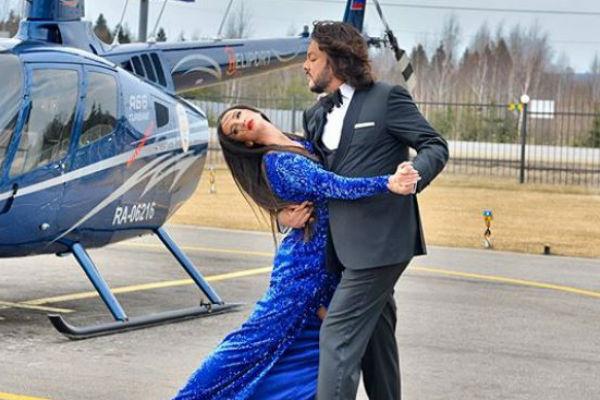 Для танца Ольга выбрала яркое синее платье