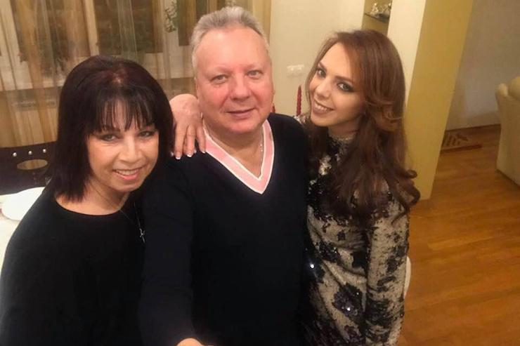 Сестра певицы с мужем и дочерью