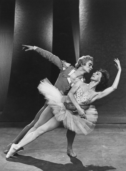 Первое время в Париже Нуреев чувствовал себя спокойно лишь на репетициях с Розеллой Хайтауэр
