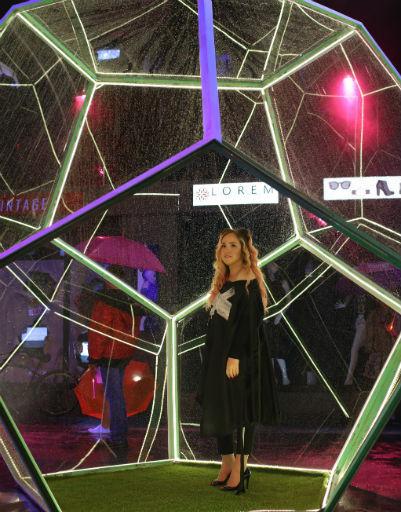 Специальный куб стал главной декорацией для видео