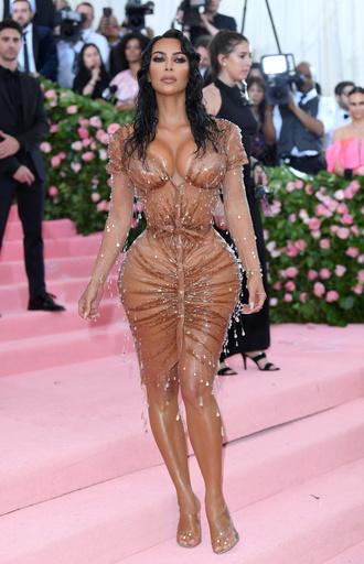 Ким Кардашьян потребовалась помощь ассистента, чтобы влезть в узкое платье для Met Gala
