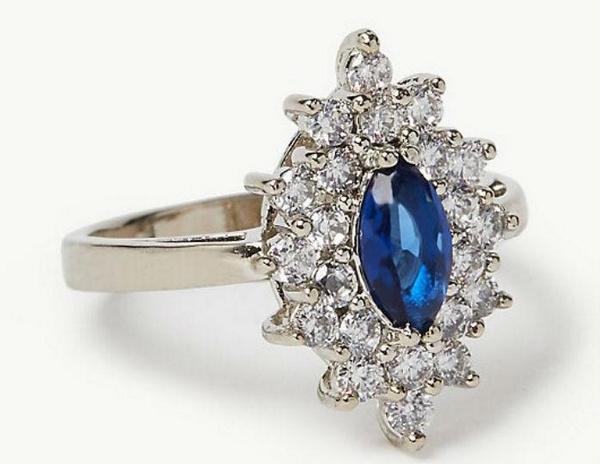 Реплика кольца пользуется спросом в магазинах Британии