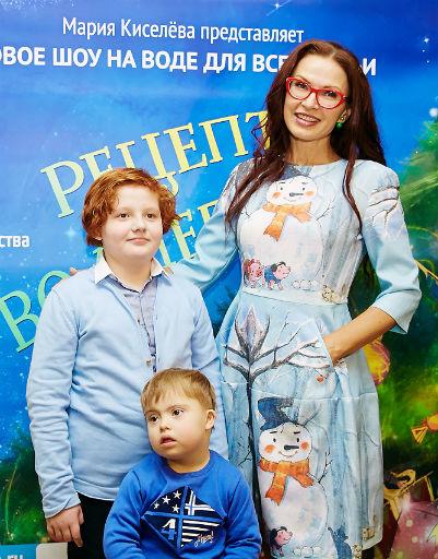 Эвелина Бледанс с сыном Семеном и гостем вечера