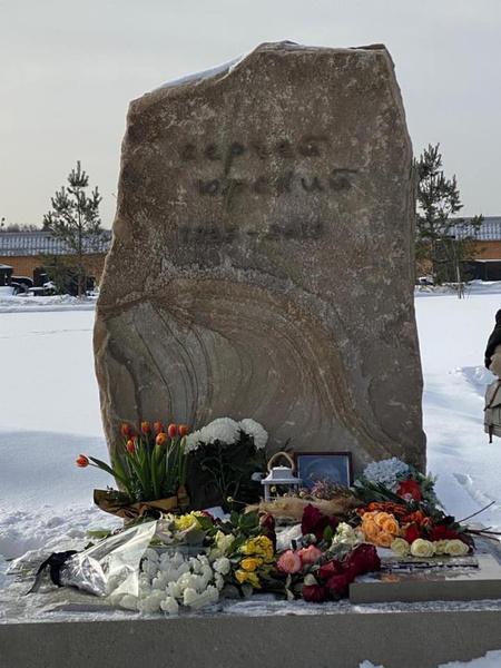 Памятник изготавливали по индивидуальному проекту
