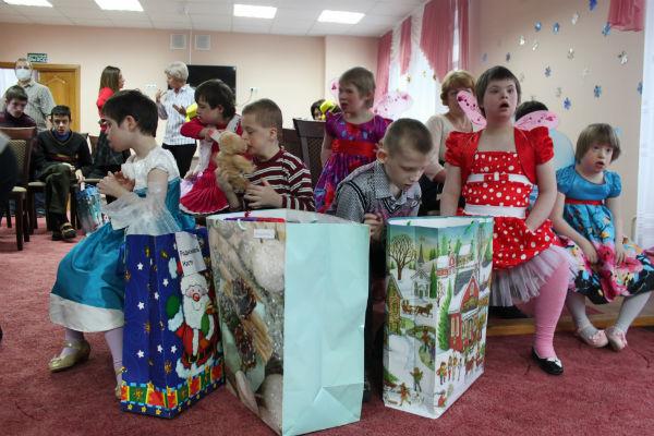 Дети получили подарки и посмотрели выступления юных артистов