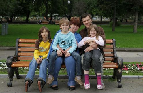 Большая семья: Елена и Олег с детьми Адилем, Севой и Дашей