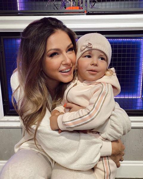 Певица Нюша с дочерью