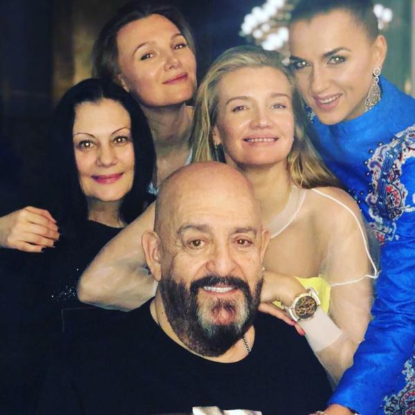 Михаила Захаровича поддерживает новая любовь Светлана (в белом)