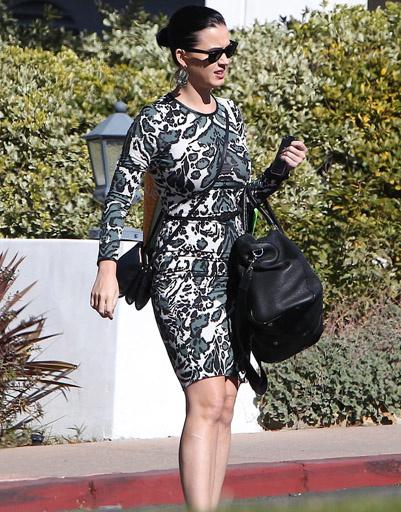 На свидание Кэти отправилась в эффектном платье с леопардовым принтом