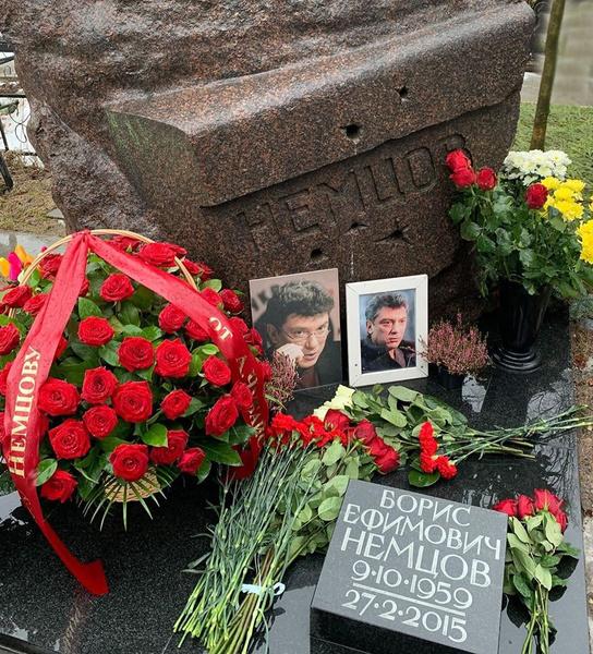 Сегодня к могиле Немцова приходят не только его родственники, но и простые граждане