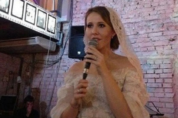 Друзья засняли, как Ксения Собчак пела на свадьбе