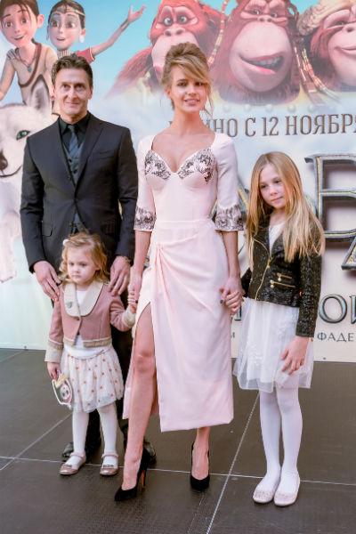 Певица нечасто выходит на светские мероприятия всей семьей. С мужем Александром, дочками Верой и Лидой она появилась на премьере мультфильма «Савва. Сердце воина»