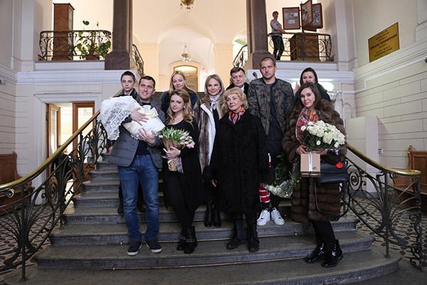 Встречали Милану Кержакову счастливый отец, родные и близкие семейной пары