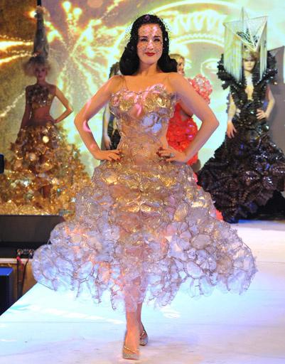 Дита фон Тиз в платье из прозрачных пластиковых коробочек для печенья.
