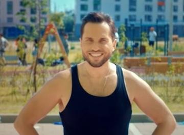 Александр Ревва устроил массовую вечеринку во дворе ради клипа «Перетанцуй меня»