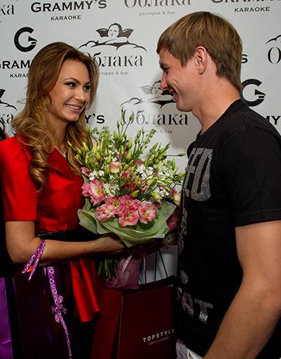Роман Павлюченко поздравляет Инну Жиркову