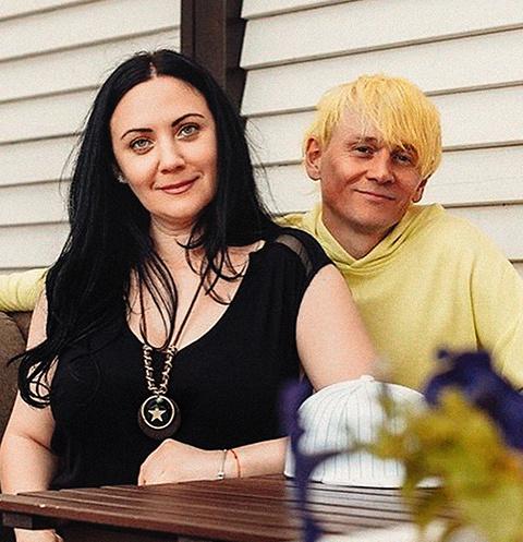 Вторая жена Богомазова, Виктория, поддерживает его в судебных войнах
