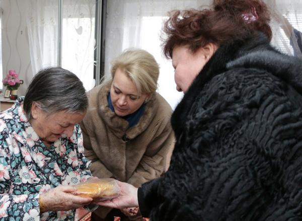 Каждому блокаднику чиновницы вручили символический хлеб