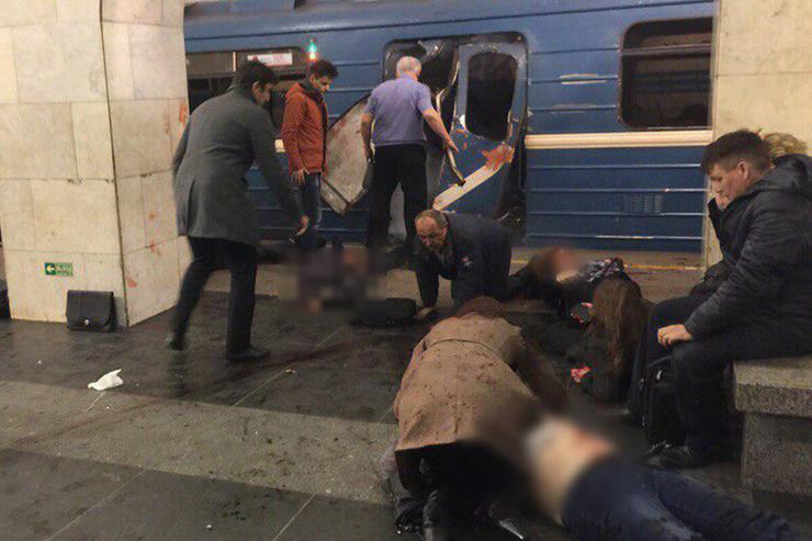 Пассажиры и спасатели помогали пострадавшим выбраться из вагона