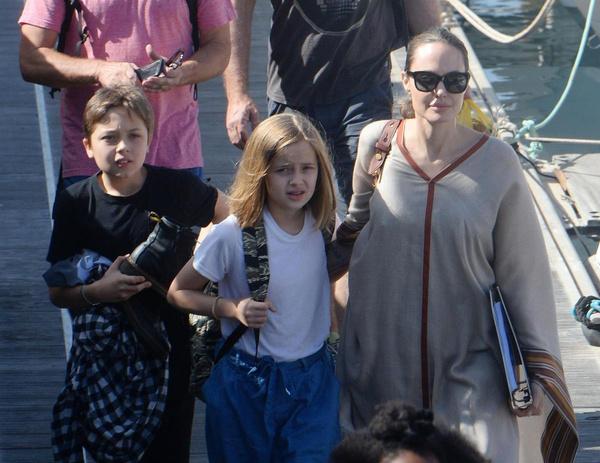 В свободное от работы время Анджелина отдыхает вместе с детьми