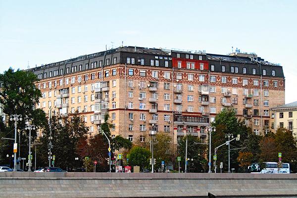 На апартаменты в доме на Фрунзенской набережной претендует якобы их бывшая владелица