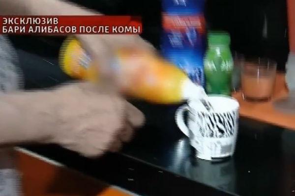 Новости: Бари Алибасов показал, как выпил жидкость для очистки труб – фото №3