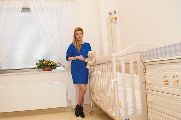 «В Перинатальном Медицинском центре группы компаний «Мать и дитя» послеродовая палата похожа на квартиру. В этой кроватке первые дни будет спать наш малыш», – признается Ксюша