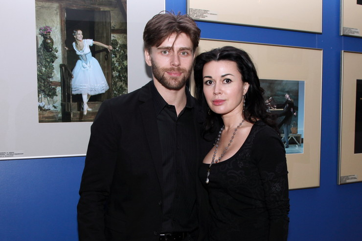 Супруг актрисы продолжает хранить молчание